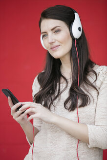Portrait of woman hearing music with headphones - GDF001027