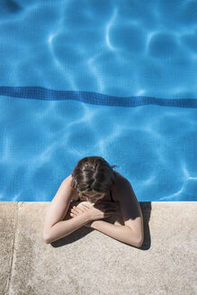 Woman in a swimming pool relaxing at the edge - ABZF000742