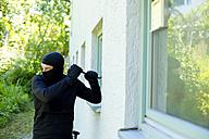 Burglar with crowbar breaking window - MAEF011861