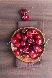 Wooden bowl of sweet cherries - MYF001630