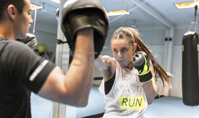 Young woman in gym doing boxing training - MGOF002013