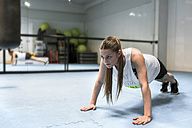 Young woman in gym doing strength training - MGOF002031
