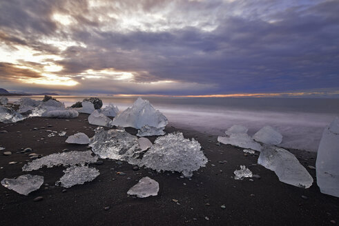 Iceland, Jokulsarlon, icebergs at twilight - FDF000194