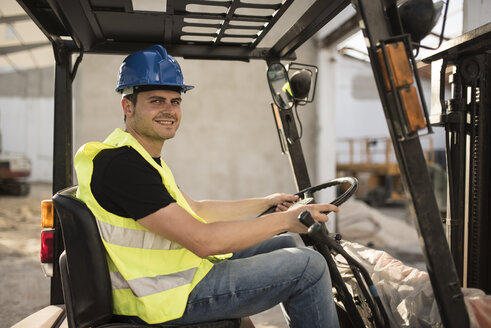 Construction worker working in the cart forklift - JASF000865