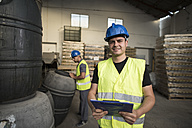 Workers make barrels inventory in warehouse - JASF000892
