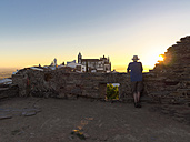 Portugal, Senior man watching sunrise at Castel de Monsaraz - LAF001698