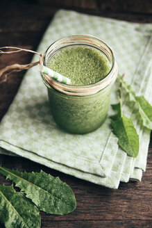 Green smoothie with dandelion, banana and apple juice - IPF000304