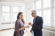 Real estate agent handing over key to client - RBF004685