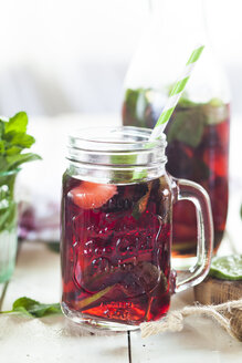 Iced tea with fruits, hibiscus, strawberries, mint, limes - SBDF003006