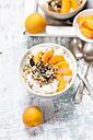 Yogurt with crunchy muesli and fresh apricot - SBDF003009