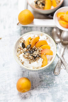 Yogurt with crunchy muesli and fresh apricot - SBDF003009