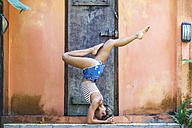 Young woman doing yoga, Shirshasana - KNTF000423