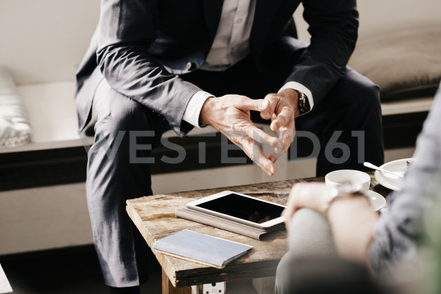 Businessman consulting customer in cafe - KNSF000021