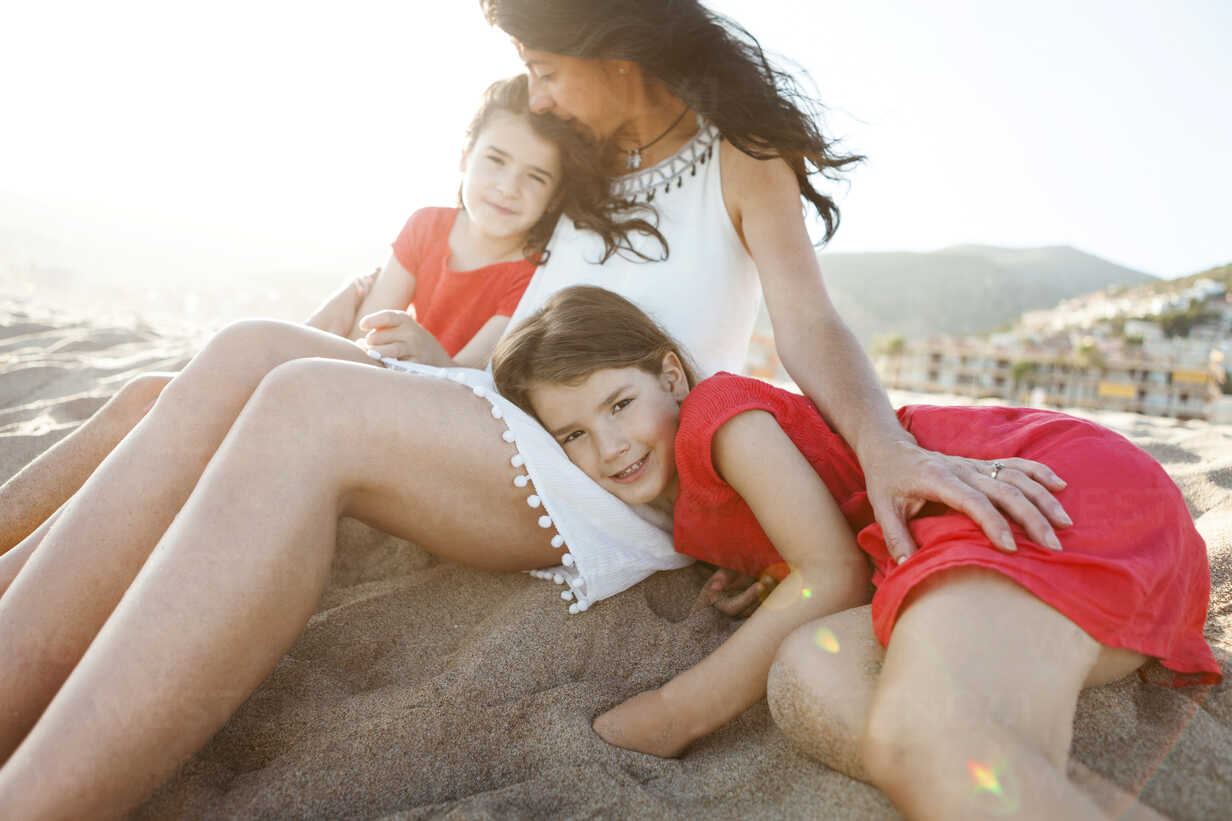 Little girl together with mother and sister on the beach - VABF000693 - Valentina Barreto/Westend61