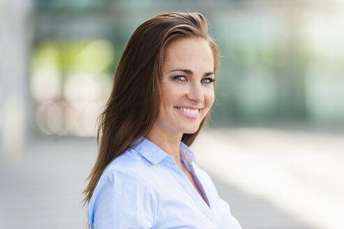 Portrait of smiling brunette woman - DIGF000620