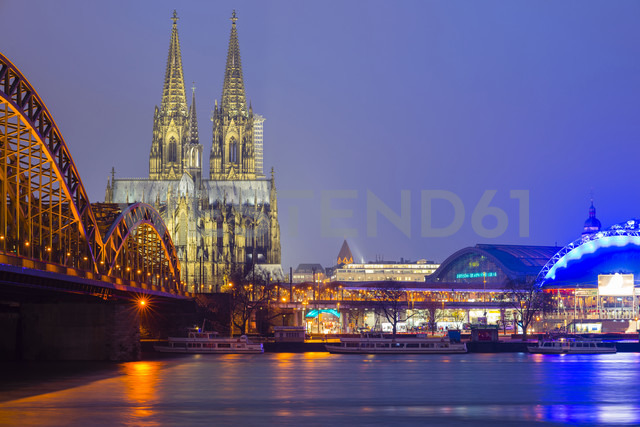 Germany, Cologne, view to lighted Cologne Cathedral with Hohenzollern Bridge in the foreground - WGF000889 - Walter G. Allgöwer/Westend61