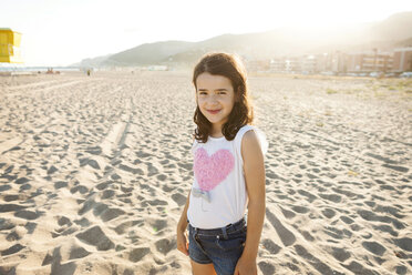 Portrait of smiling little girl on the beach - VABF000696