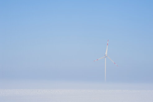 Germany, Bavaria, wind wheel, foggy winter morning - UMF000811