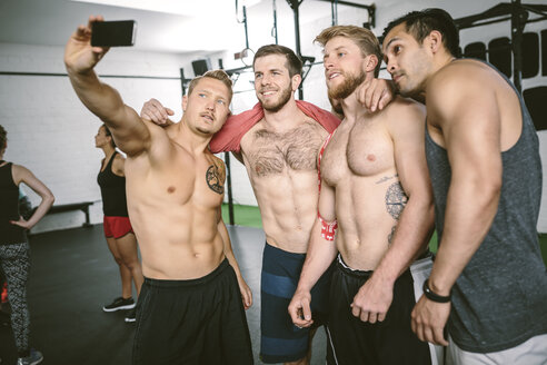 Four athletes in gym taking selfie - MAD000987