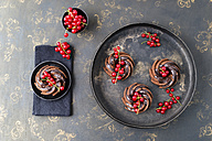 Mini chocolate cakes with red currants - MYF001713
