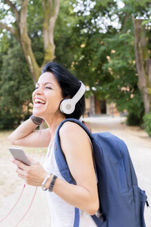 Woman listening music with headphones singing loud - FMOF000064
