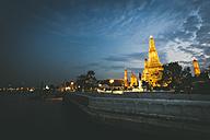 Thailand, Bangkok, Wat Arun at twilight with Chao Praya River in the foreground - GIOF001295