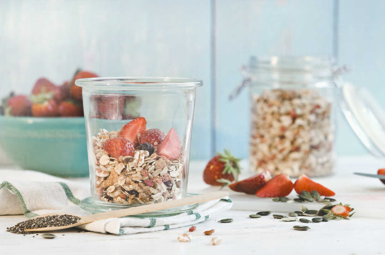 Muesli with fresh strawberries, pumpkin and chia seeds - ASF005949 - Achim Sass/Westend61