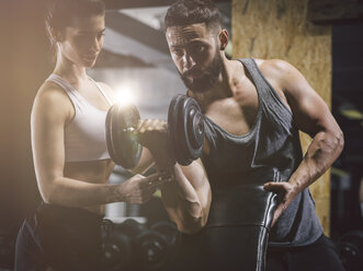 Fitness, couple in gym - MADF001011
