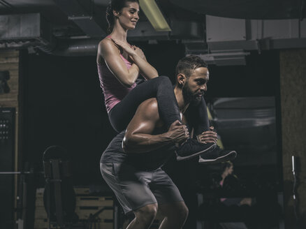 Fitness, couple in gym - MADF001023
