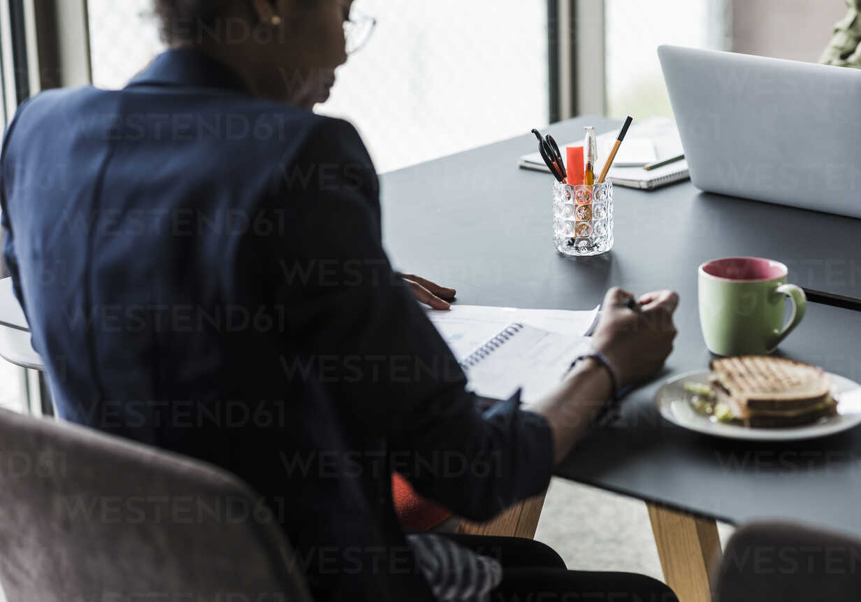 Businesswoman working at desk - UUF008251 - Uwe Umstätter/Westend61