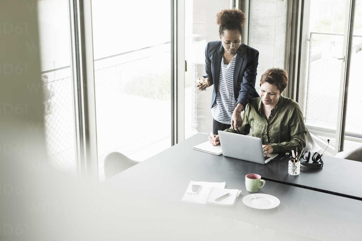 Two businesswomen in an office - UUF008254 - Uwe Umstätter/Westend61