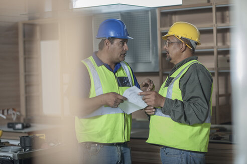 Two construction workers talking - ZEF009180