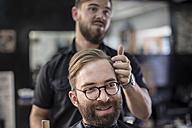 Barber and customer, smiling - ZEF009222