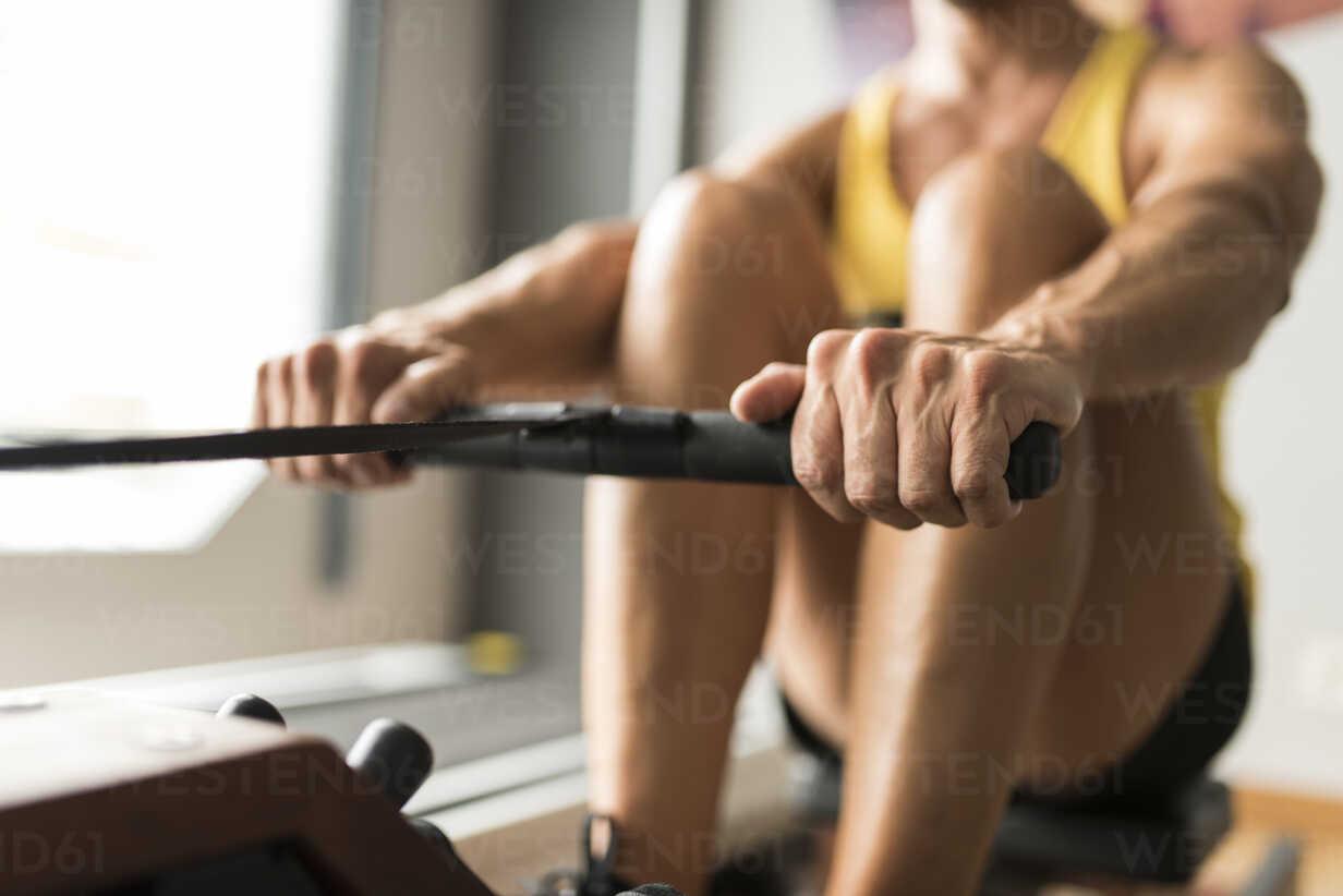 Man exercising at rowing machine in gym - JASF001001 - Jaen Stock/Westend61