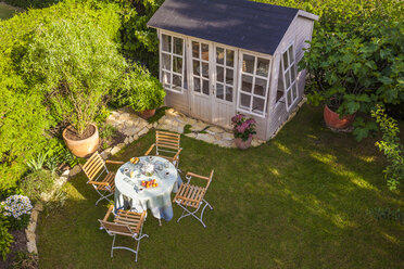 Garden shed and laid table in garden - WDF003692