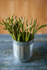 Green asparagus standing in a can - KIJF000600