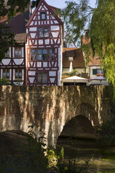 Germany, Baden-Wuerttemberg, Swabia, Upper Swabia, Ulm, Fischerviertel, half-timbered house and bridge - SIEF007063