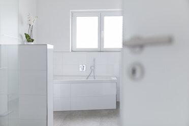 Modern white bathroom - SHKF000616