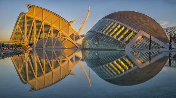 Spain, Valencia, view to Museo de las Ciencias Principe Felipe and L'Hemisferic at twilight - LOM000324
