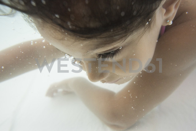 Little girl diving underwater in a paddling pool, close-up - JASF001051