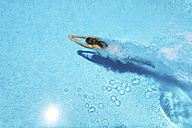 Woman diving underwater in swimming pool - SMAF000517