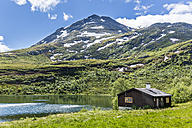Norway, Southern Norway, Sogn og Fjordane, Jotunheimen National Park, Sognefjell, hut at lake - STSF001063