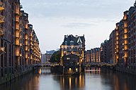 Germany, Hamburg, Wandrahmsfleet in the historic warehouse district in the evening - FCF001009