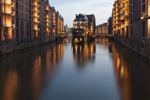 Germany, Hamburg, Wandrahmsfleet in the historic warehouse district in the evening - FCF001012