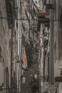 Croatia, Dubrovnik, narrow alley in the old town - CHPF000238