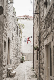Croatia, Dubrovnik, narrow alley with drying laundry in the old town - CHPF000241