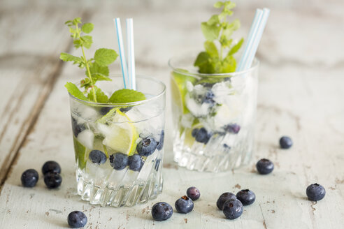 Fresh mineral water with blueberries, mint and ice - JUNF000560