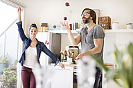 Playful couple in kitchen - PESF000253