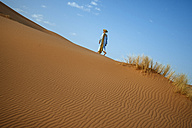 Berber walking in desert - KIJF000702