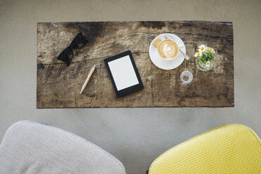 E-book, sunglasses and cup of coffee on table in a cafe - KNSF000222